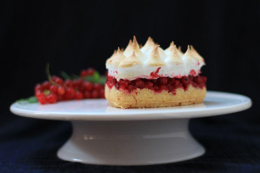 Currant meringue cake