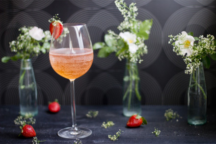 strawberry-balm-prosecco-summer-drink