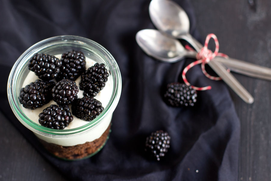 Easy summer dessert to go: chocolate cake in a jar with fresh sour cream and blackberries