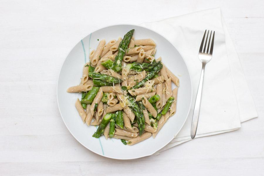 Green asparagus lemon pasta - fresh and easy lunch recipe