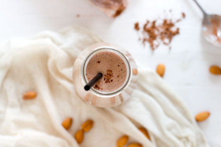 A healthy smoothie recipe that tastes like a delicious dessert to drink: 3 ingredients almond chocolate smoothie!
