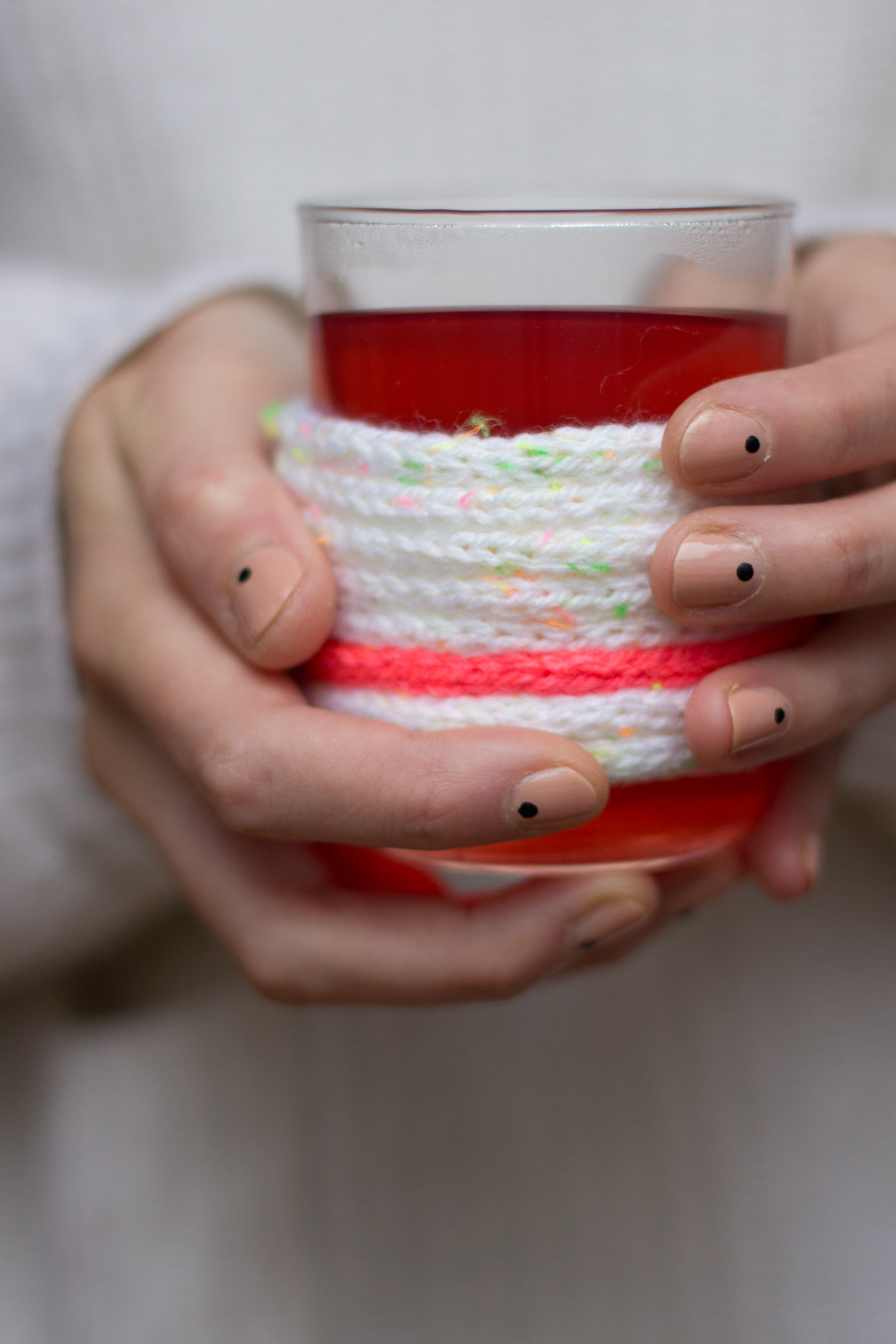 knitting-jenny-white-pink-cup-cozy