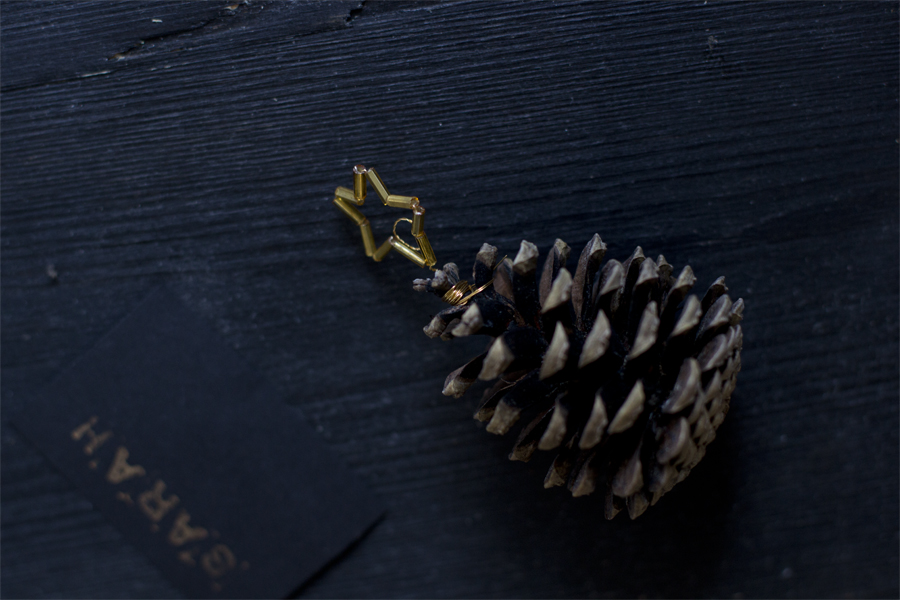 Golden star pine cone place cards DIY | LOOK WHAT I MADE ...
