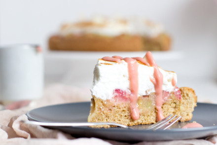 whole grain rhubarb cake with honey meringue - perfect for every summer garden party!