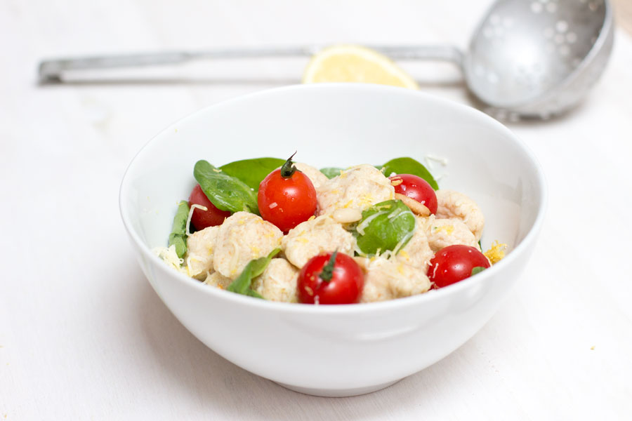 Make an easy and healthy office lunch recipe with homemade ricotta with fresh tomatoes and spinach.